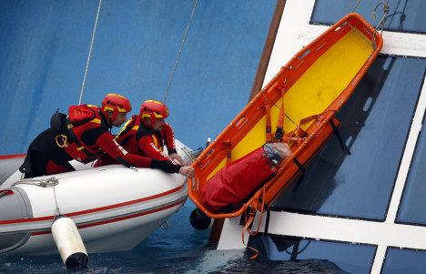 Спасательные работы на затонувшем у берегов Италии лайнере Costa Concordia
