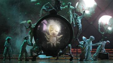Фрагмент шоу Zarkana канадского Cirque du Soleil на сцене Кремлевского дворца.