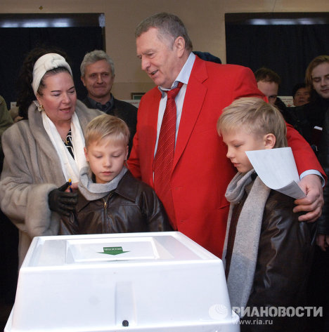 В.Жириновский на одном из избирательных участков г. Москвы во время выборов депутатов Госдумы РФ