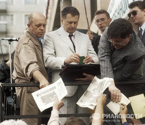 Жириновский среди участников митинга