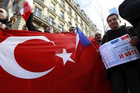 Флаг Турции у здания французского Сената в Париже