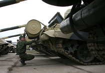 Танк Т-72 готовят к параду в военном городке в Екатеринбурге