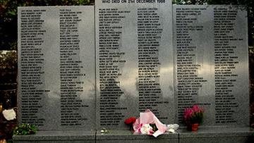 Памятник погибшим во время взрыва самолета над шотландским Локерби в 1988 году