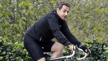 Николя Саркози катается на велосипеде у дома Карлы Бруни-Саркози во Франции