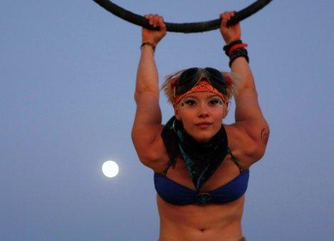 Воздушный акробат Инди-Лу на фестивале Burning Man в пустыне Блэк-Рок