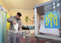 Мужчина голосует на выборах в Верховную Раду Украины