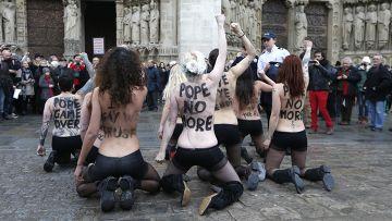 Активистки движения Femen у Собора Парижской Богоматери