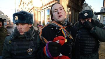 Сотрудники правоохранительных органов задерживают участника акции ЛГБТ движения против гомофобии «День поцелуев»