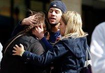 Люди на улице Бостона после взрыва во время проведения марафона