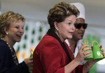 Дилма Русеф держит каширолы на выставке «Слышащий взор»