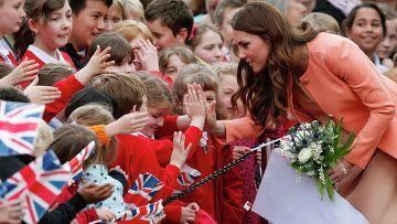 Герцогиня Кембриджская приветствует школьников после посещения детского хосписа на юге Англии
