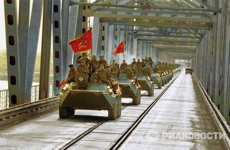 Колонна бронетранспортеров на мосту в Термезе