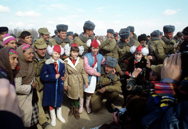 Близ города Термеза (Узбекская ССР) состоялась торжественная встреча советских воинов-интернационалистов