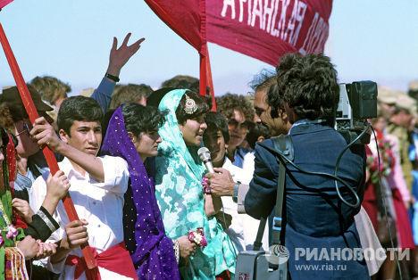 Афганцы провожают советских воинов-интернационалистов