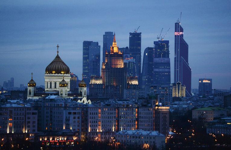 Вид на храм Христа Спасителя и ММДЦ «Москва-Сити»
