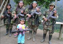 Женщины, вооруженные автоматами Калашникова, в высокогорных районах Колумбии