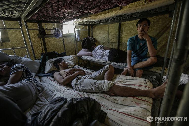 Палаточный лагерь для нелегальных мигрантов в Москве