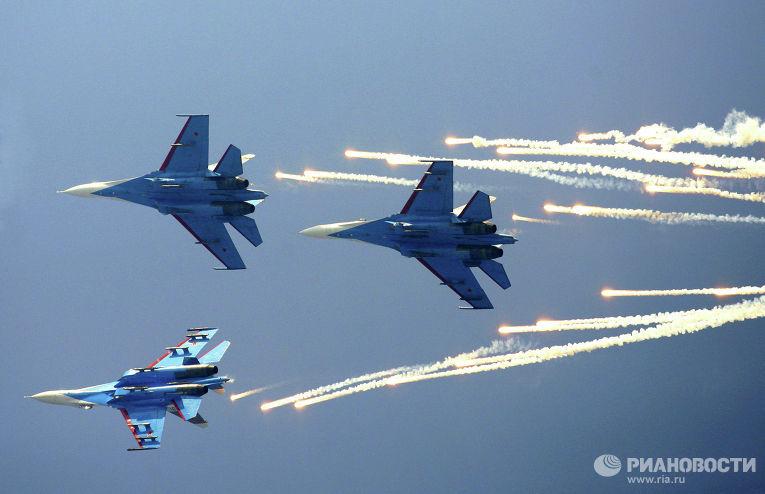 """Пилотажная группа """"Русские Витязи"""" на самолетах Су-27"""
