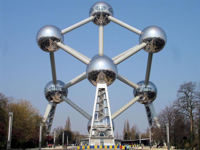 Атомиум — одна из главных достопримечательностей и символ Брюсселя
