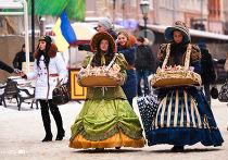 Девушки продают конфеты во Львове