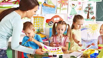 Дети учатся рисовать