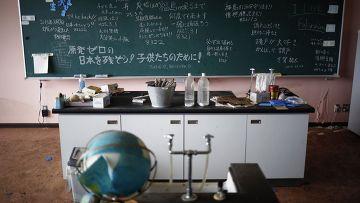 Класс в начальной школе в разрушенной цунами прибрежной зоне в городе Нами, префектура Фукусима