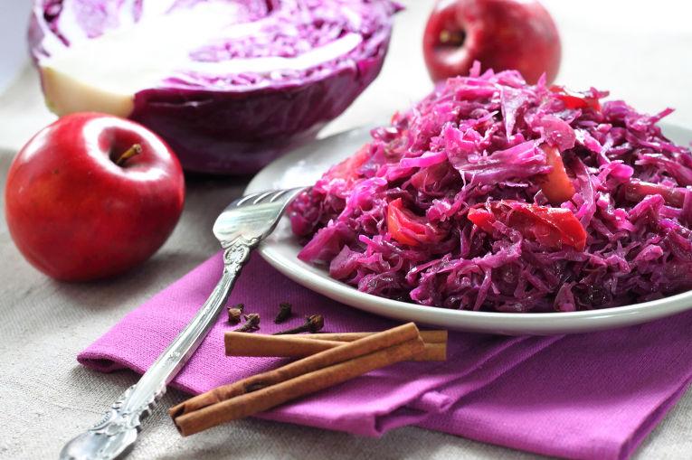 Кисло-сладкий салат из красной капусты