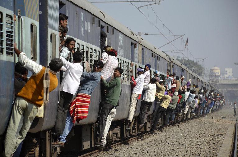 Картинки по запросу переполненный поезд