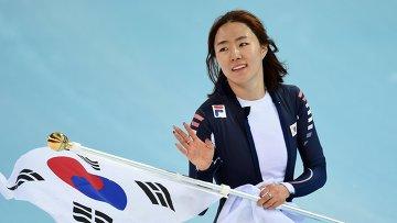 Ли Сан Хва (Южная Корея) после финиша второго забега на 500 метров в соревнованиях по конькобежному спорту