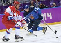 Никита Никитин (Россия) и Петри Контиола (Финляндия) в четвертьфинальном матче между сборными командами Финляндии и России