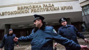 Милиционеры у здания Верховной Рады в Симферополе