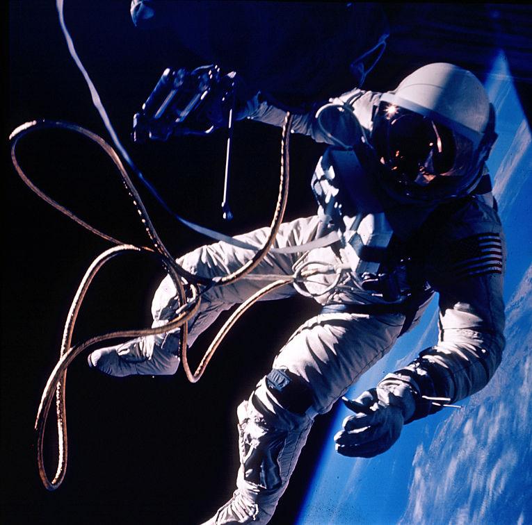 Астронавт Эд Уайт в открытом космосе во время миссии «Джемини 4»