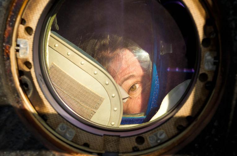 Астронавт Кэди Коулман выглядывает из иллюминатора корабля «Союз ТМА-20» после приземления