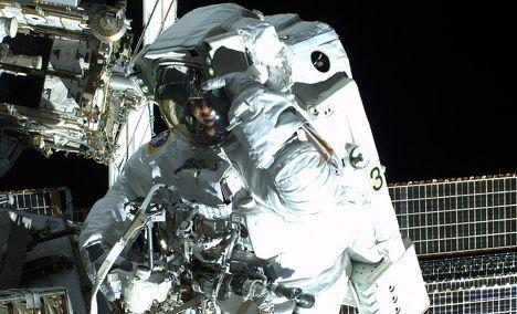 Космонавт Лука Пармитано в открытом космосе
