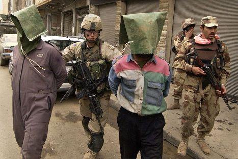 Американские солдаты ведут подозреваемых повстанцев в Эль-Фаллудже, Ирак