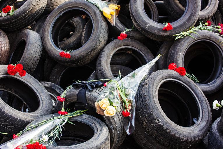 Цветы на баррикадах из покрышек в Киеве