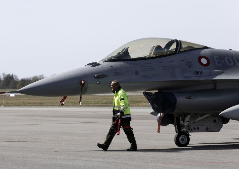 Истребитель F16 на авиабазе Эмари в Эстонии перед началом военных учений НАТО