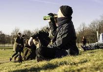 Мужчина пьет пиво в парке