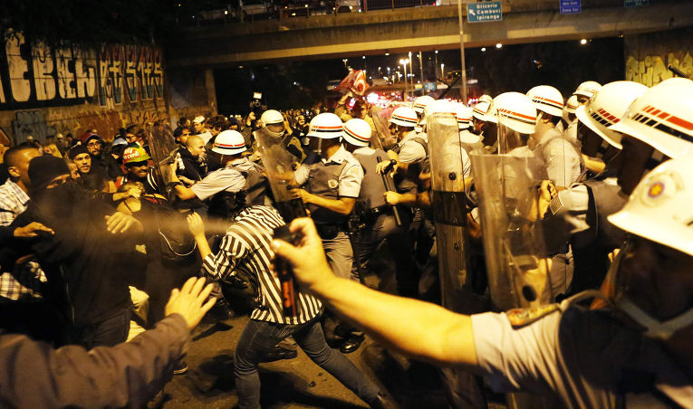 Столкновения протестующих против Чемпиоаната мира по футболу с полицией в Сан-Паулу