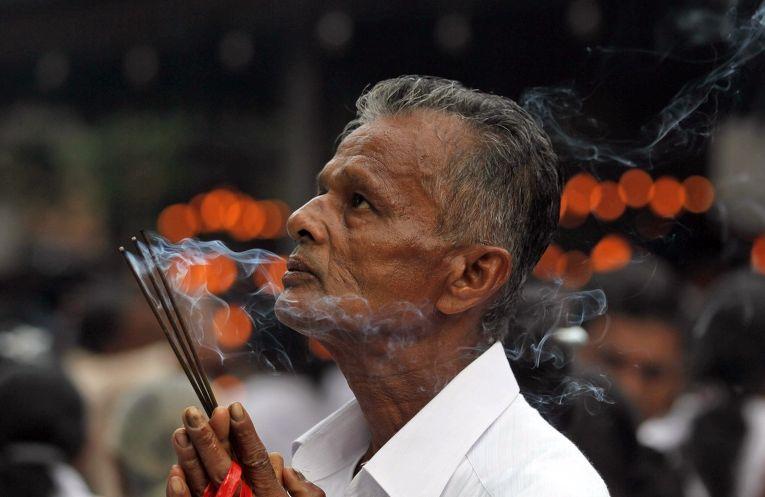 Буддист на празднике Будда Пурнима в Коломбо, Шри-Ланка