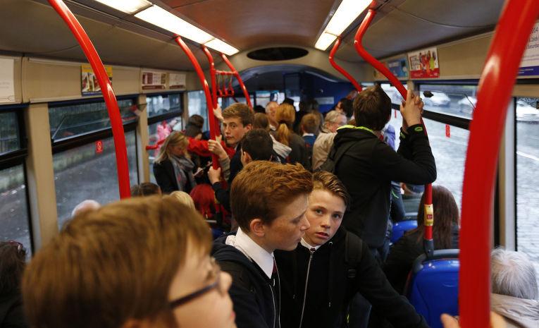 Школьники едут домой после занятий в Эдинбурге