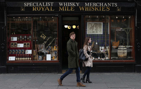 Магазин виски на улице Ройал-Майл в Эдинбурге