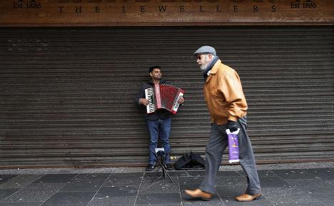 Музыкант играет на аккордеоне на Кинг-стрит, главной торговой улице города Килмарнок