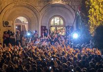 Сторонники оппозиции перед зданием Администрации президента Абхазии