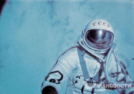 Алексей Леонов в открытом космосе