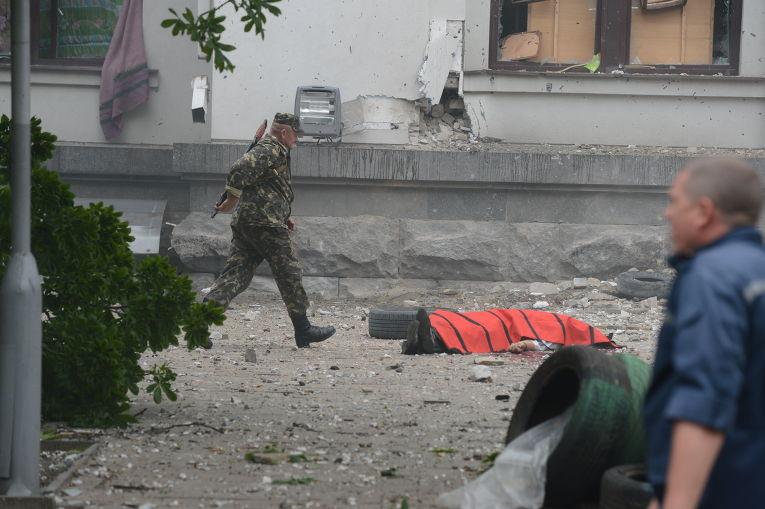 Последствия авианалета ВВС Украины на обладминистрацию Луганска