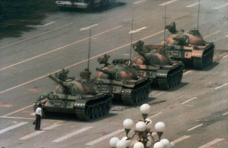 «Неизвестный бунтарь»: человек, в течение получаса сдерживавший колонну танков на площади Тяньаньмэнь, 5 июня 1989 года