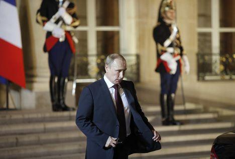 Владимир Путин после встречи с Франсуа Олландом в Париже
