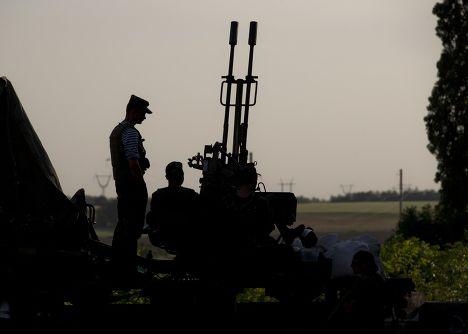 Украинские солдаты у города Амвросиевка рядом с украинско-российской границей