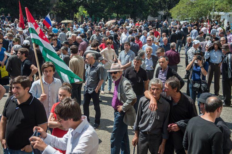 Сторонники оппозиции около здания администрации президента Абхазии